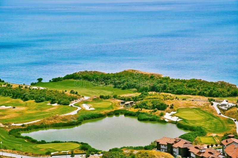 Campo da golf sulla riva di mare immagini stock