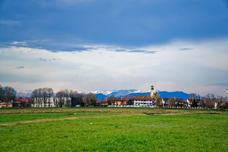 Campo da grama fresca verde sob o feixe do céu azul e do sol fotos de stock royalty free
