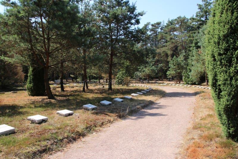 Campo da honra em Loenen, onde os soldados, os membros da resistência, os presos políticos ou os civis são enterrados após a guer foto de stock royalty free