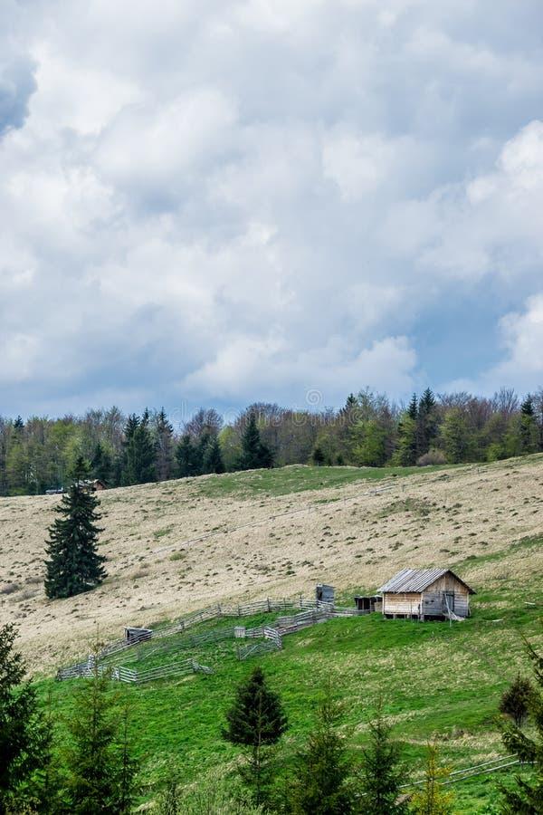 Campo da montanha, casa da quinta em um monte imagens de stock