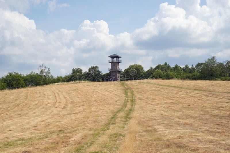 Campo da natureza do relógio da torre da vigia do vyhlidka de Erbenova, Usti Labem imagens de stock