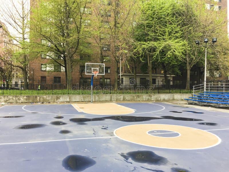 Campo da pallacanestro all'aperto vuoto fotografie stock libere da diritti