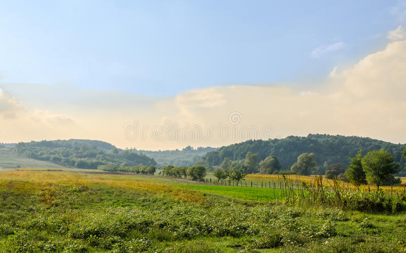 Campo da região Horezu de Romênia com montes, montanhas e fileds, tempo do outono fotografia de stock