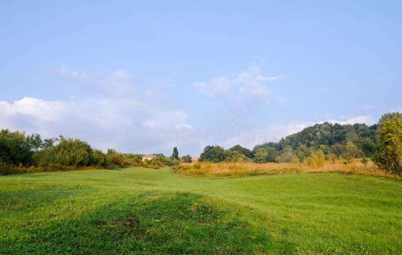 Campo da região Horezu de Romênia com montes, montanhas e fileds, tempo do outono fotos de stock