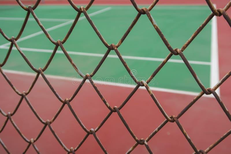 campo da tennis dietro il recinto di filo metallico fotografia stock
