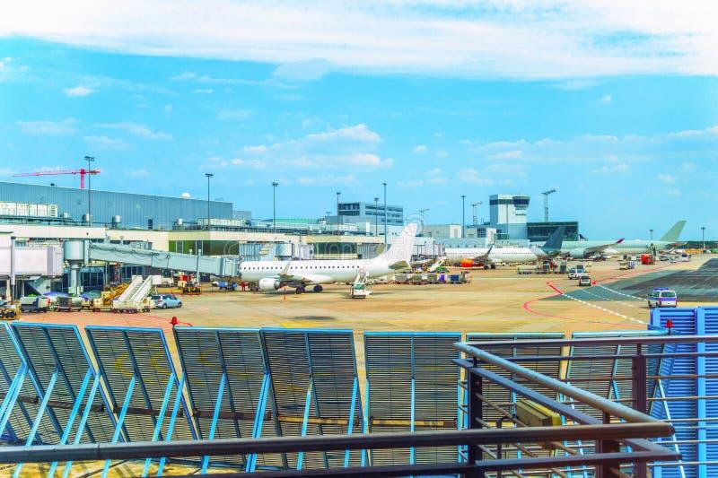Campo de aviación, aviones, coches, aeropuerto de Francfort fotos de archivo libres de regalías
