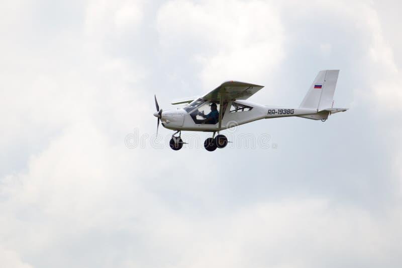 Campo de aviación de Mochishche, salón aeronáutico local, aeroprakt plano biplaza 22ls en el cielo fotografía de archivo libre de regalías