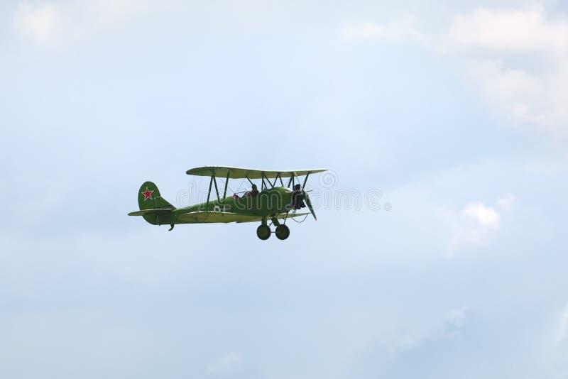 Campo de aviación de Mochishche, salón aeronáutico local, avión Po-2 de Polikarpov o U-2, aviones de reconocimiento rusos de la S imagen de archivo