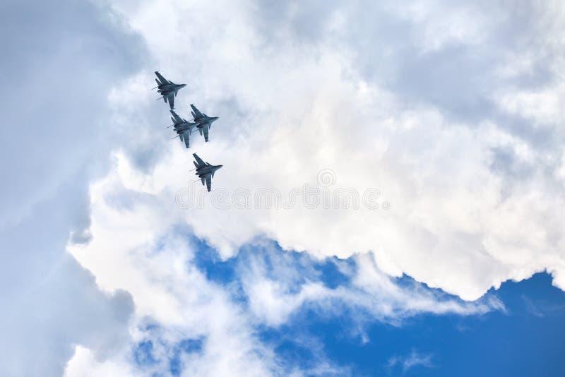 Campo de aviación de Mochishche, salón aeronáutico local, Su-30 SM, cuatro aviones de los halcones rusos aeroacrobacias del equip imagenes de archivo
