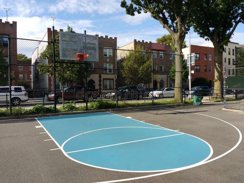 Campo de básquete da cidade, estilo de vida urbano, Astoria, Queens, NYC, EUA imagem de stock royalty free