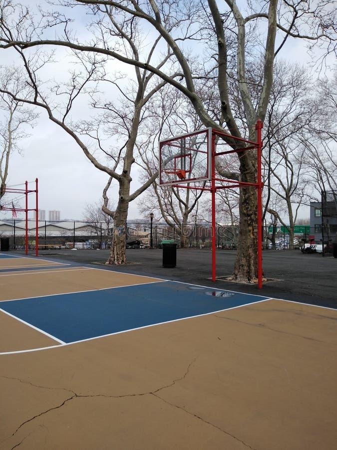 Campo de básquete de NYC, DeWitt Clinton Park, New York City, EUA imagens de stock