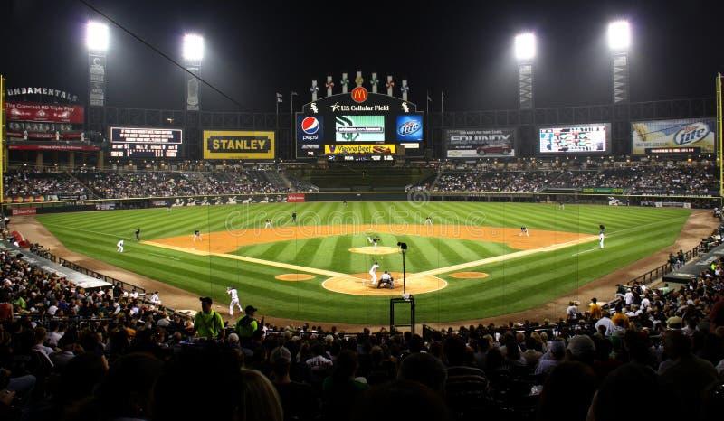 Campo de béisbol celular de los E.E.U.U. en la noche