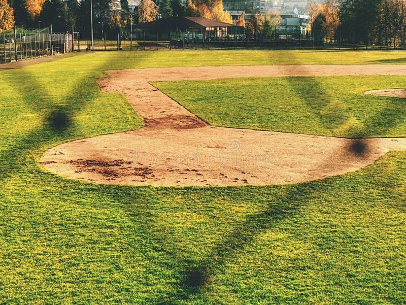 Campo de basebol da juventude visto da rede de trás fotos de stock royalty free