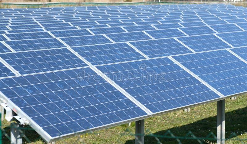 Campo de baterías solares imagenes de archivo