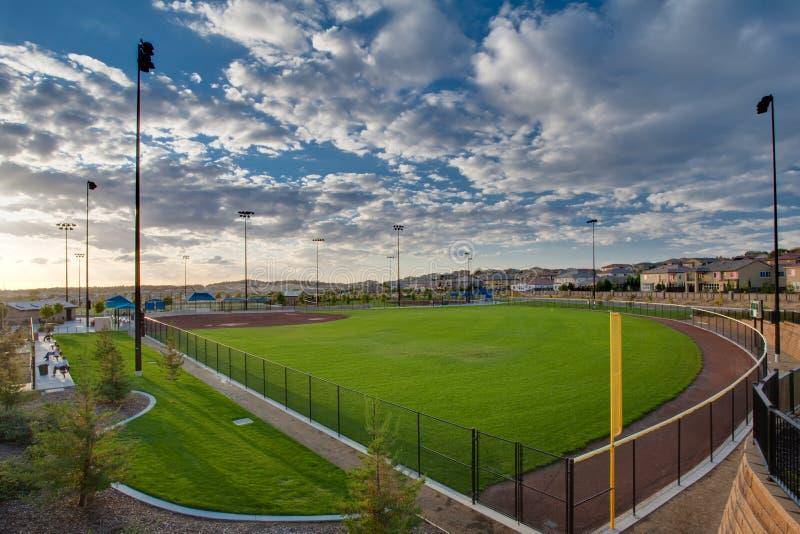 Campo de beísbol con pelota blanda foto de archivo libre de regalías