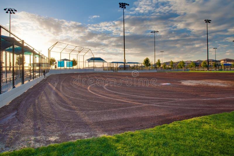 Campo de beísbol con pelota blanda imagen de archivo libre de regalías