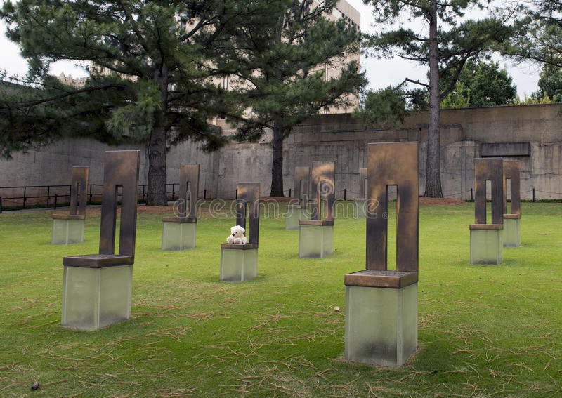 Campo de cadeiras vazias com Teddy Bear branco, memorial do Oklahoma City foto de stock royalty free