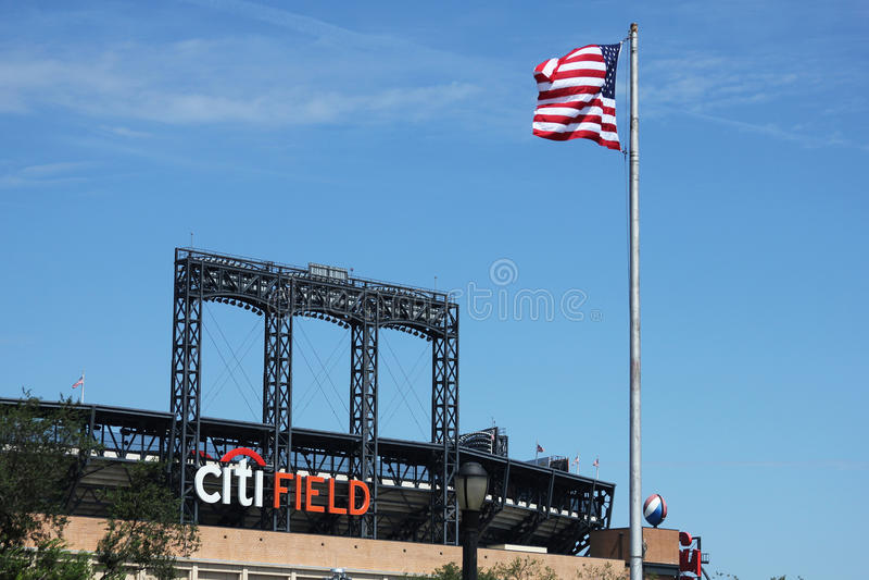 Campo de Citi, hogar del equipo de Liga Nacional de Béisbol los New York Mets en limpiar con un chorro de agua, NY. imagenes de archivo