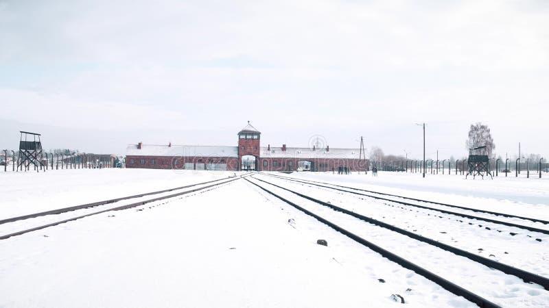 Campo de concentração nazista de Auschwitz Birkenau e trilhas de estrada de ferro no inverno foto de stock