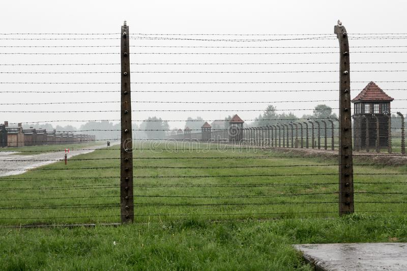 Campo de concentración Birkenau con la hierba verde en la lluvia, Oswiencim Polonia imagen de archivo libre de regalías
