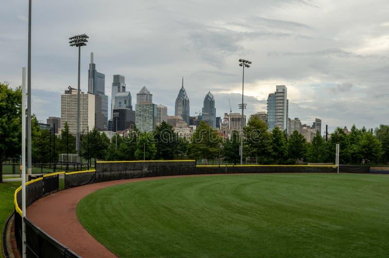 Campo de deportes en la ciudad imagenes de archivo