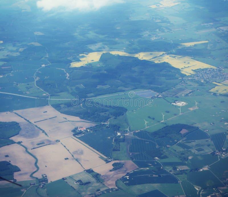 Campo de Dinamarca con las turbinas de viento fotos de archivo