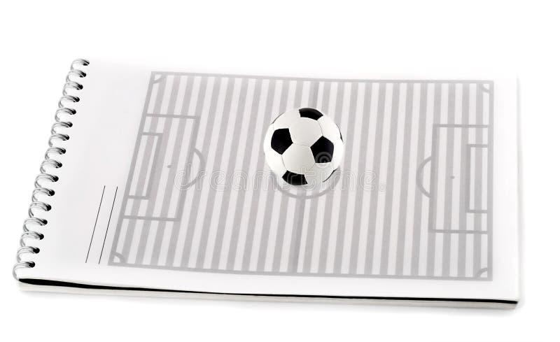 Campo de fútbol con la bola imagenes de archivo