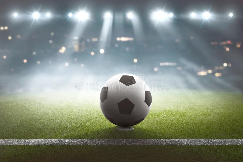 Campo de fútbol con la bola en el estadio y las luces foto de archivo libre de regalías