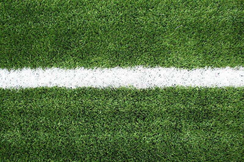 Campo de fútbol con las líneas blancas en hierba fotografía de archivo libre de regalías