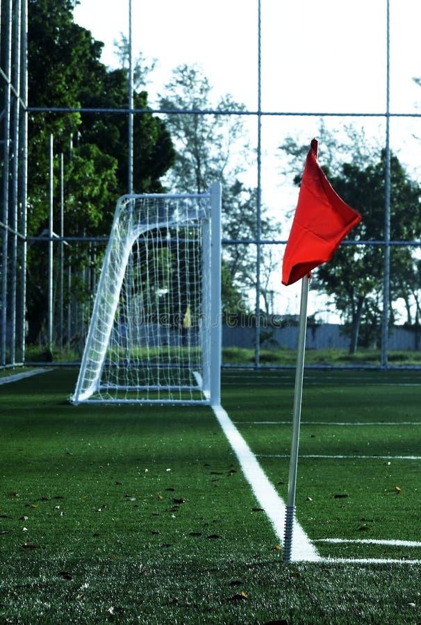 Campo de fútbol de la esquina rojo de la bandera imágenes de archivo libres de regalías