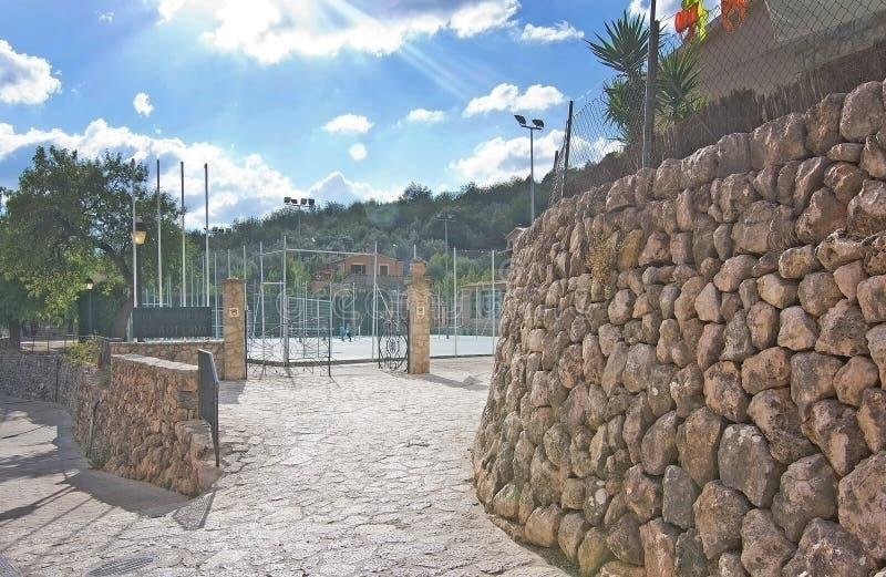 Campo de fútbol del pueblo de Fornalutx imagenes de archivo