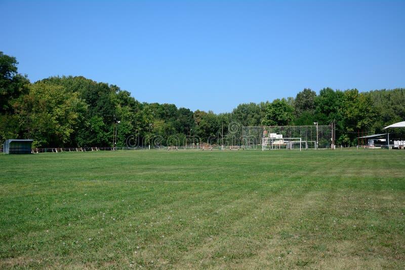 Campo de fútbol del pueblo, Zagyvarekas, Hungría fotos de archivo libres de regalías