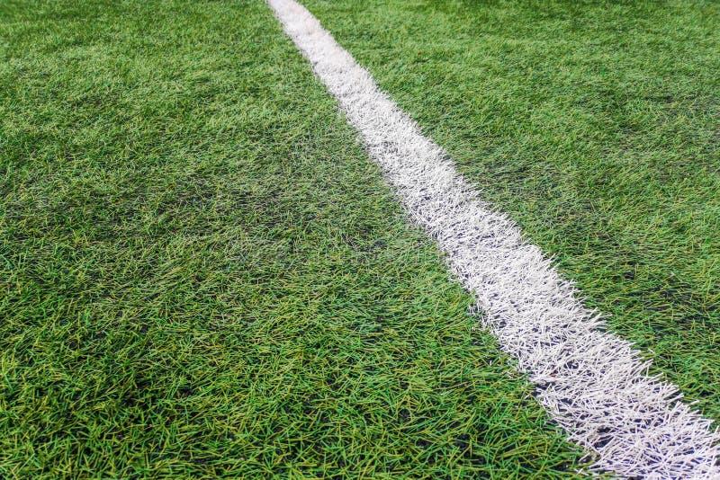 Campo de fútbol de la línea lateral, campo de fútbol artificial de la hierba de la marca de la tiza de la línea lateral imágenes de archivo libres de regalías