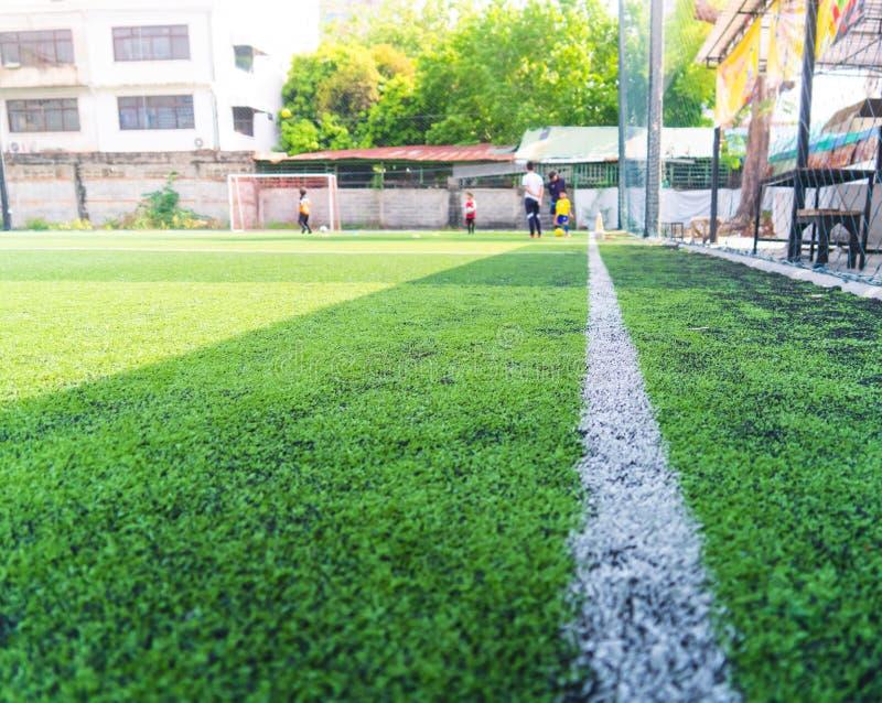 Campo de fútbol para el entrenamiento de los niños borroso para el fondo imagen de archivo
