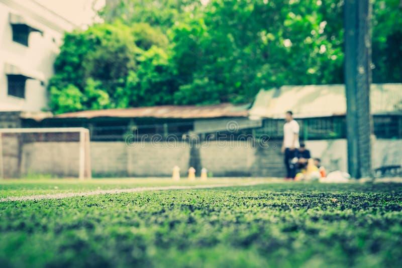 Campo de fútbol para el entrenamiento de los niños borroso para el fondo fotografía de archivo libre de regalías