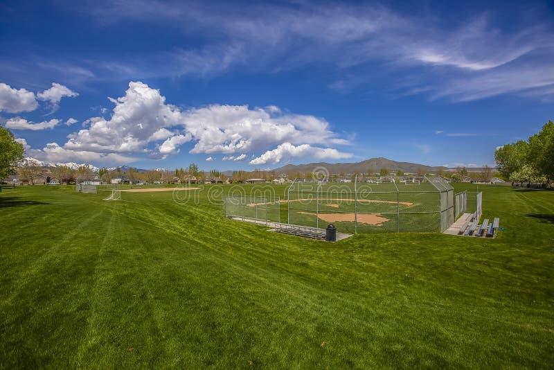 Campo de fútbol y estadio de béisbol con los árboles y las casas en el perímetro del campo imágenes de archivo libres de regalías