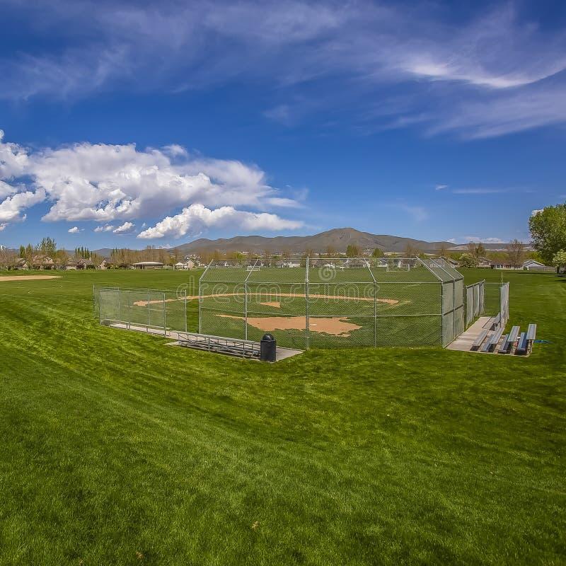 Campo de fútbol y estadio de béisbol cuadrados del capítulo con los árboles y las casas en el perímetro del campo fotografía de archivo libre de regalías
