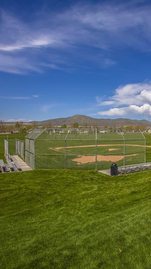 Campo de fútbol y estadio de béisbol del panorama con los árboles y las casas en el perímetro del campo fotos de archivo