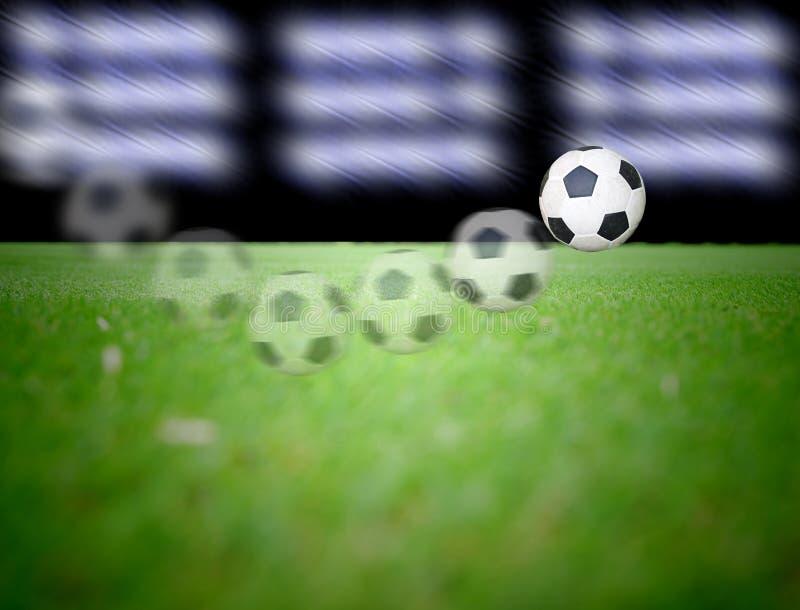 Campo de fútbol y las luces brillantes fotografía de archivo