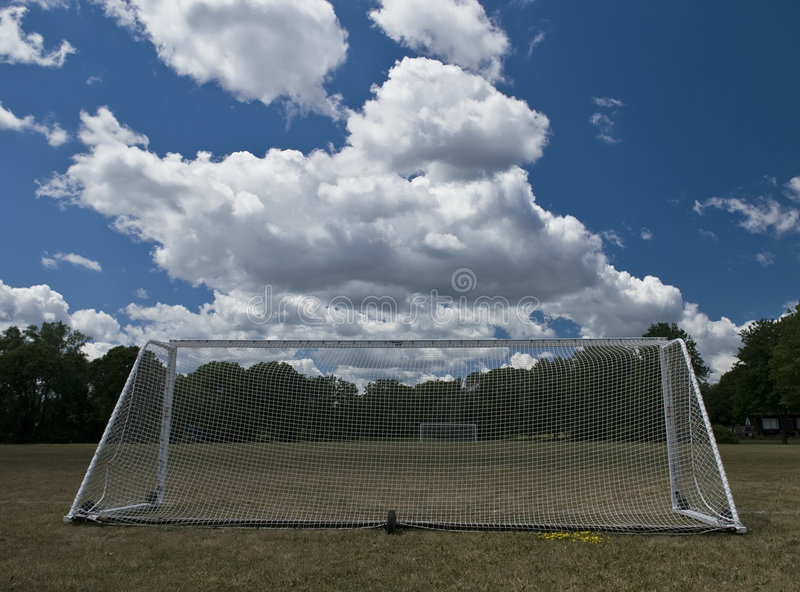 Campo de fútbol y metas imágenes de archivo libres de regalías