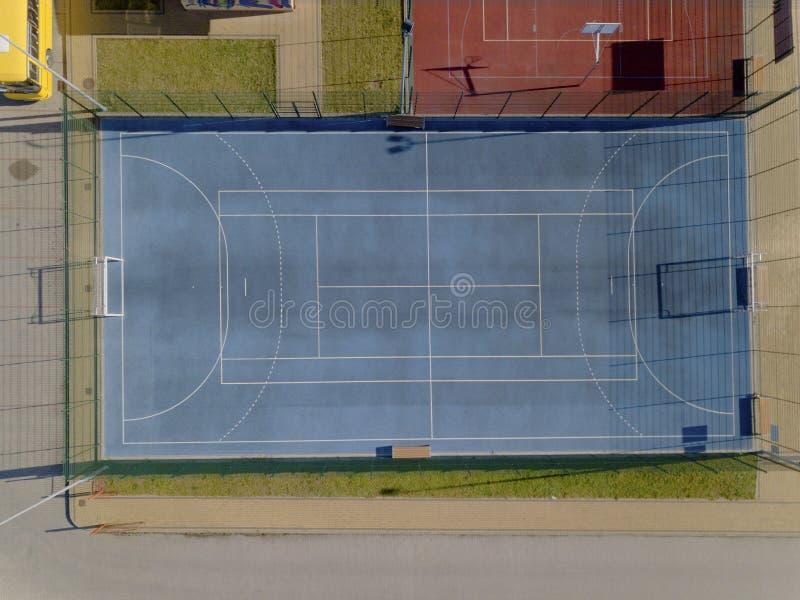 Campo de futebol azul do campo no estádio da cidade Vista panorâmica da altura do voo do pássaro Fotografia aérea do zangão ou foto de stock
