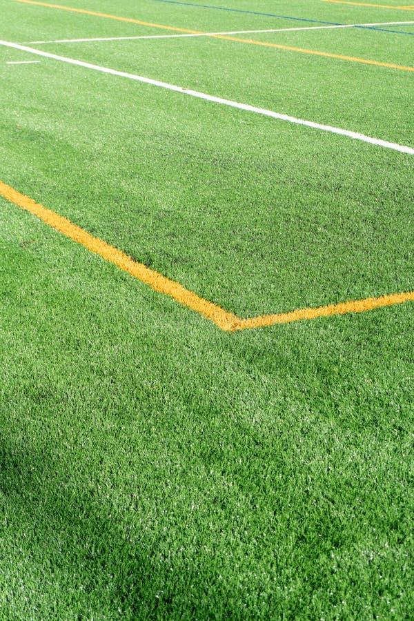 Campo de futebol com campo artificial novo do relvado Fim acima Fundo do futebol Copie o espaço imagens de stock