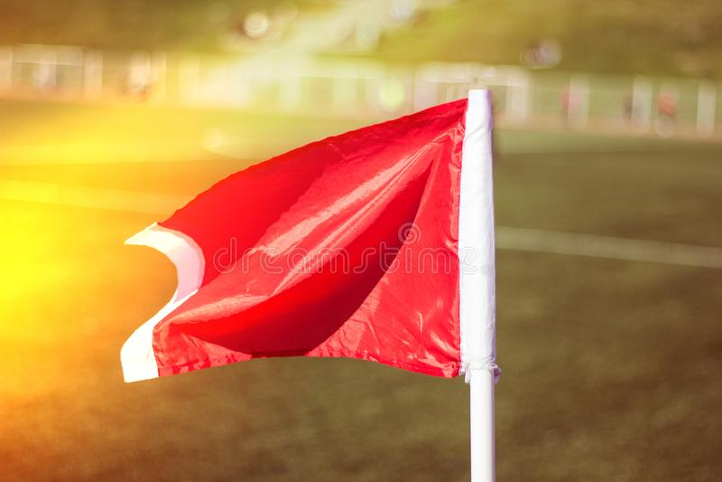 Campo de futebol da grama verde, close-up de canto da bandeira foto de stock