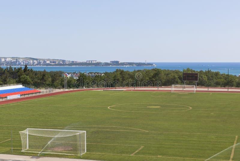 Campo de futebol do estádio Spartak na cidade Gelendzhik, região de Krasnodar, Rússia imagens de stock