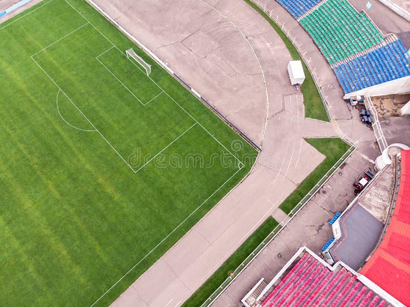 Campo de futebol e assentos verdes do estádio de futebol Silhueta do homem de negócio Cowering fotos de stock