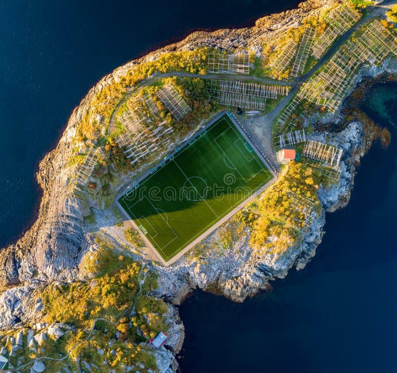 Campo de futebol em Henningsvaer de cima de imagens de stock royalty free
