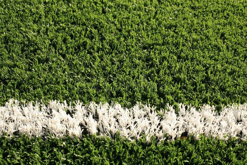 Campo de futebol falsificado da grama com linha branca imagens de stock royalty free