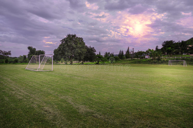 Campo de futebol no campo imagens de stock royalty free