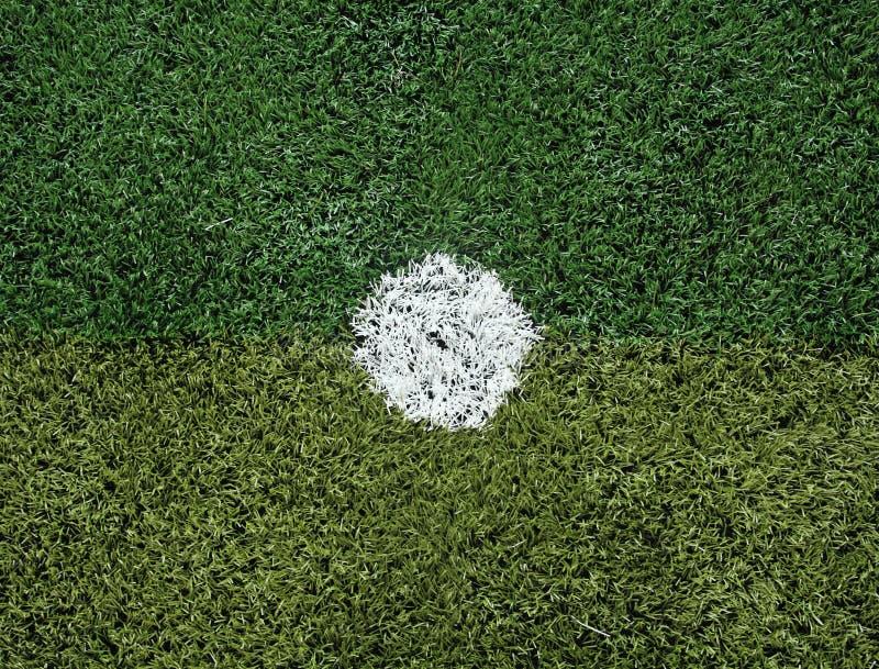 Campo de futebol no ponto do pontapé de grande penalidade fotografia de stock