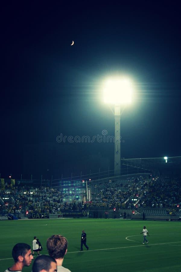 Campo de futebol verde, futebol israelita, jogadores de futebol no campo, jogo de futebol em Tel Aviv imagem de stock